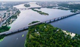Vista panorámica de la ciudad de Kiev con el río de Dnieper en el centro Silueta del hombre de negocios Cowering Imagen de archivo libre de regalías
