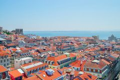 Vista panorámica de la ciudad de Lisboa, tejados brillantes anaranjados de Portugal en un día suuny fotografía de archivo libre de regalías