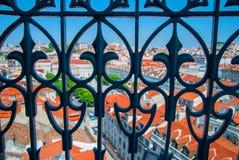 Vista panorámica de la ciudad de Lisboa, tejados brillantes anaranjados de Portugal en un día suuny imagen de archivo