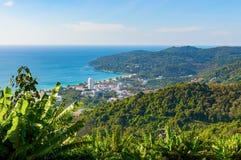Vista panorámica de la ciudad de Patong y de la playa Phuket, Tailandia fotografía de archivo