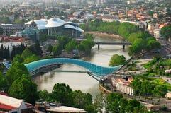 Vista panorámica de la ciudad de Tbilisi de la fortaleza de Narikala, de la ciudad vieja y de la arquitectura moderna Tbilisi el  fotografía de archivo libre de regalías