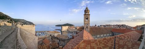 Vista panorámica de la ciudad vieja de Dubrovnik de las paredes imagen de archivo libre de regalías