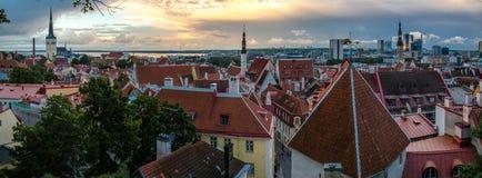 Vista panorámica de la ciudad vieja Tallinn con las torres y las paredes, Estoni fotografía de archivo