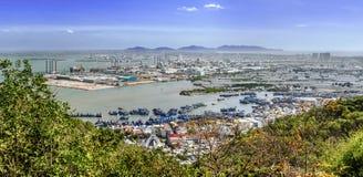 Vista panorámica de la ciudad vietnamita VÅ©ng Tàu e industrial Imágenes de archivo libres de regalías