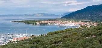 Vista panorámica de la ciudad y de las montañas del puerto deportivo de Cres Imágenes de archivo libres de regalías