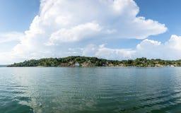 Vista panorámica de la ciudad y del lago - Flores, Peten, Guatemala de Flores Fotografía de archivo