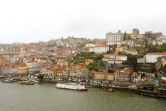 Vista panorámica de la ciudad y de Ribeira viejas de Oporto Oporto sobre el río del Duero de Vila Nova de Gaia, Portugal foto de archivo libre de regalías