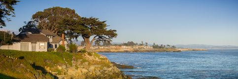 Vista panorámica de la costa rugosa del Océano Pacífico en una tarde soleada cerca de Santa Cruz, California Fotos de archivo libres de regalías