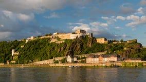 Vista panorámica de la fortaleza de Ehrenbreitstein en el lado del río el Rin en Coblenza, Alemania imágenes de archivo libres de regalías
