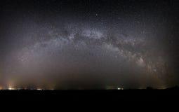 Vista panorámica de la galaxia de la vía láctea en el cielo nocturno con bri Foto de archivo