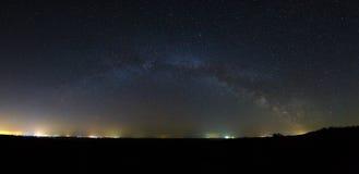 Vista panorámica de la galaxia de la vía láctea en el cielo nocturno con bri Imágenes de archivo libres de regalías