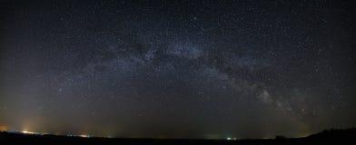 Vista panorámica de la galaxia de la vía láctea en el cielo nocturno con bri Imagen de archivo