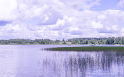 Vista panorámica de la iglesia ortodoxa en la orilla del lago que camina por el agua Imágenes de archivo libres de regalías
