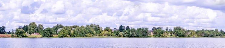 Vista panorámica de la iglesia ortodoxa en la orilla del lago que camina por el agua Fotos de archivo
