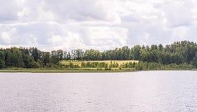 Vista panorámica de la iglesia ortodoxa en la orilla del lago que camina por el agua Fotos de archivo libres de regalías