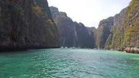 Vista panorámica de la isla famosa de Phi Phi en Tailandia con el mar, los barcos y las montañas en laguna hermosa almacen de video