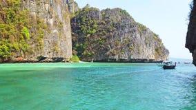 Vista panorámica de la isla famosa de Phi Phi en Tailandia con el mar, los barcos y las montañas en laguna hermosa almacen de metraje de vídeo