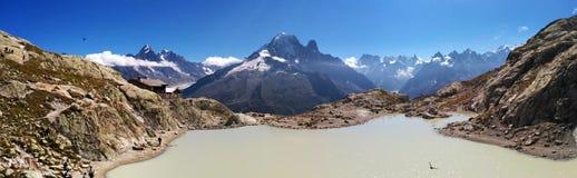 Vista panorámica de la laca Blanc en el fondo de las montañas Imágenes de archivo libres de regalías