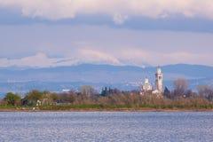 Vista panorámica de la laguna de Grado de la laguna de Grado cerca de Trieste y del santuario de la isla de Barbana en el fondo Imagen de archivo