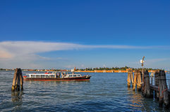 Vista panorámica de la laguna de Venecia con el embarcadero y el barco en la puesta del sol en Venecia Foto de archivo