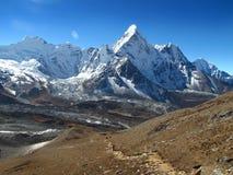Vista panorámica de la montaña Ama-Dablam de la nieve en Nepal fotos de archivo