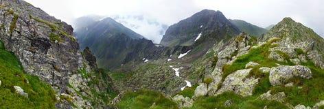Vista panorámica de la montaña de Fagaras el verano Fotografía de archivo