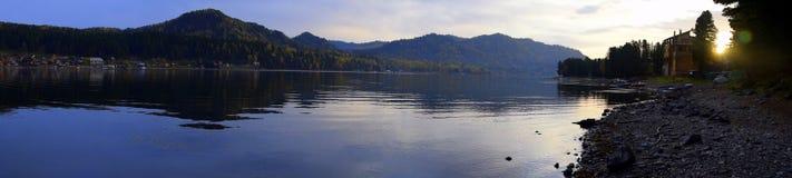 Vista panorámica de la orilla occidental del lago Teletskoye, inclinándose suavemente, con estiramientos largos La imagen fue adq imagen de archivo