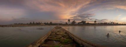 Vista panorámica de la orilla y del embarcadero destruido en la playa de Guanabo, Cub Imagen de archivo libre de regalías