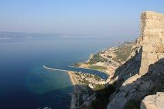 Vista panorámica de la playa arenosa de Omis Croacia de la alta montaña foto de archivo libre de regalías