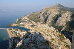 Vista panorámica de la playa arenosa de Omis Croacia de la alta montaña fotografía de archivo