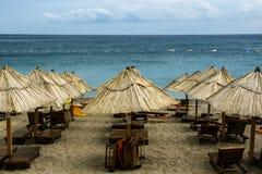 Vista panorámica de la playa con las filas de salones y de paraguas de la calesa de la paja Imagen de archivo