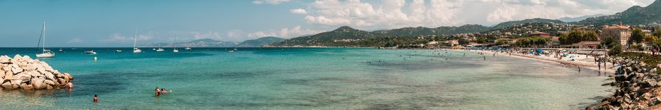 Vista panorámica de la playa en L ` Ile Rousse en Córcega Imagenes de archivo