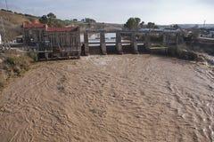 Vista panorámica de la presa y de la planta hidroeléctrica en Mengibar fotografía de archivo libre de regalías