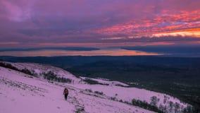 Vista panorámica de la puesta del sol del colorfull en montañas cerca del mar En fotos de archivo libres de regalías