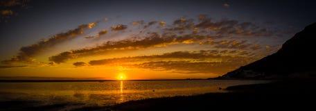 Vista panorámica de la puesta del sol en la playa imagen de archivo