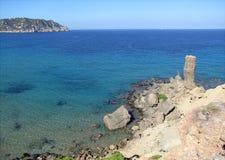 Vista panorámica de la torre de la piedra imponente en el mar fotografía de archivo