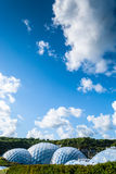 Vista panorámica de las bóvedas geodésicas del bioma en Eden Project Foto de archivo
