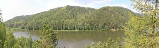 Vista panorámica de las colinas y del río boscosos Imágenes de archivo libres de regalías