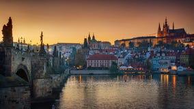 Vista panorámica de las iluminaciones de la noche del castillo de Praga, Cha Foto de archivo libre de regalías