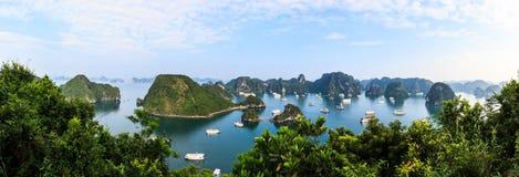 Vista panorámica de las islas largas de la bahía de la ha, del barco turístico y del paisaje marino, ha de largo, Vietnam fotos de archivo