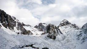 Vista panorámica de las montañas del invierno kyrgyzstan Ala-Archa almacen de metraje de vídeo