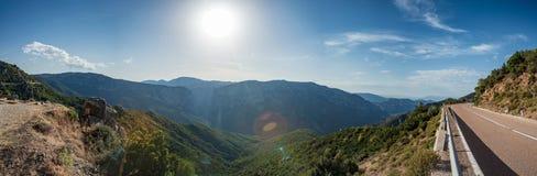 Vista panorámica de las montañas y de la carretera de asfalto Cerdeña, Italia fotografía de archivo