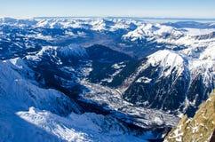 Vista panorámica de las montañas y de la ciudad francesa Chamonix-Mont-Blanc Todas alrededor allí son cumbres de las montañas y d fotografía de archivo