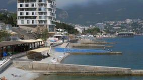 Vista panorámica de las playas en los hoteles grandes en Yalta, Crimea almacen de metraje de vídeo