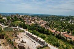 Vista panorámica de las ruinas del castillo de Baux-de-Provence en la colina Imagen de archivo libre de regalías