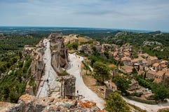 Vista panorámica de las ruinas del castillo de Baux-de-Provence en la colina Fotos de archivo libres de regalías