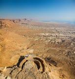 Vista panorámica de las ruinas del valle y del palacio desde arriba de Masada imagenes de archivo