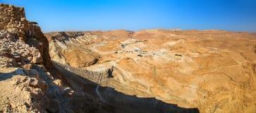 Vista panorámica de las ruinas romanas antiguas de la rampa y del campo desde arriba de Masada fotos de archivo