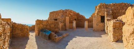 Vista panorámica de las ruinas de un hogar con las columnas en Masada fotografía de archivo libre de regalías