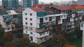 Vista panorámica de los edificios altos viejos y nuevos de la ciudad metrajes